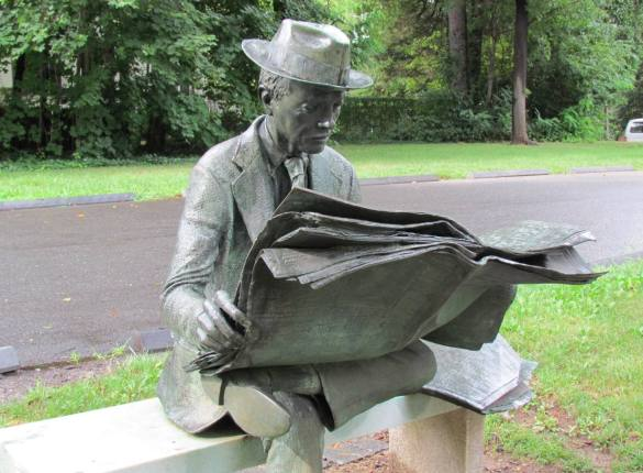 j-seward-johnsons-statue-of-newspaper-reader-at-princeton-uni-garden