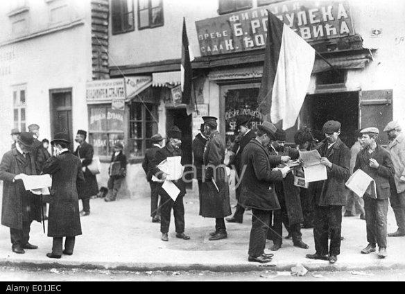 E01JEC Newspaper readers in Nisch, 1914. Image shot 1914. Exact date unknown.